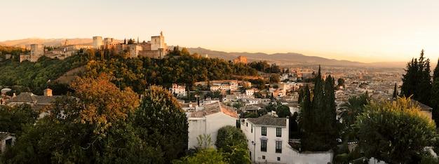 Landschap van alhambra en granada bij zonsondergang