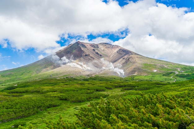 Landschap van asahidake-piekberg en blauwe bewolkte hemel in de zomer, asahikawa, hokkaido, japan.