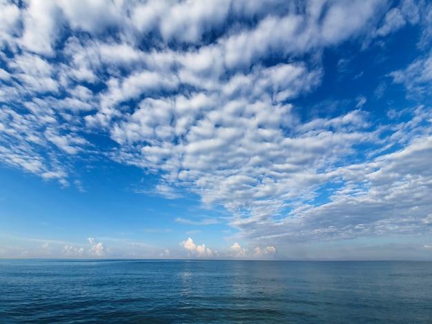 Landschap van azuurblauw water en blauwe hemel
