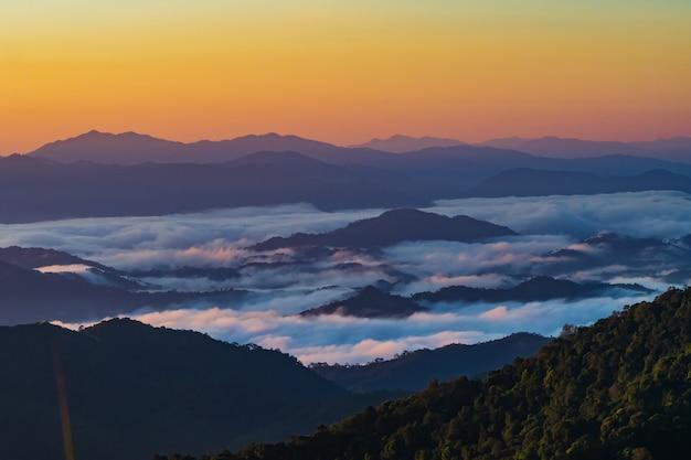 Landschap van berg met mist in nan-provincie thailand