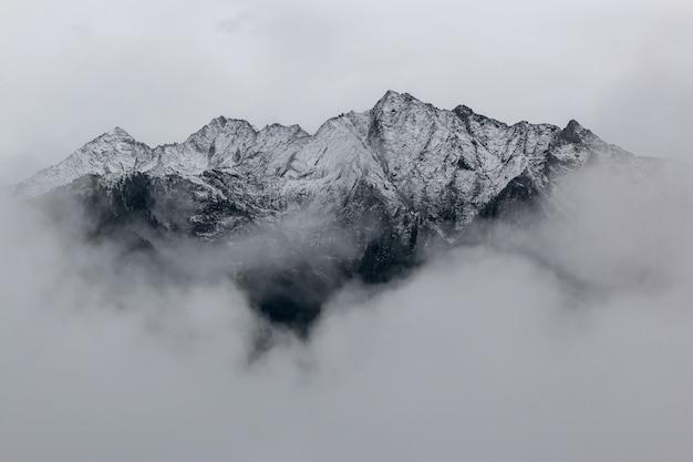 Landschap van bergen bedekt met sneeuw