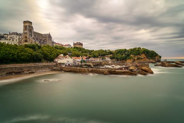 Landschap van biarritz in lange blootstelling met kathedraal en jachthaven. frankrijk