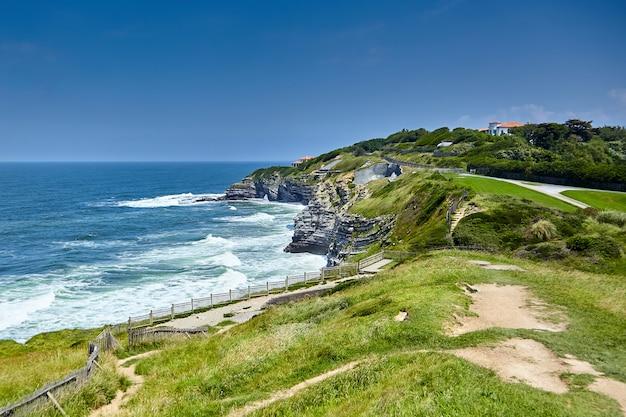 Landschap van de atlantische kust met groene heuvel