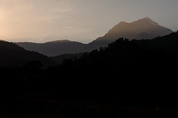 Landschap van de berg tahtali in de vroege avond