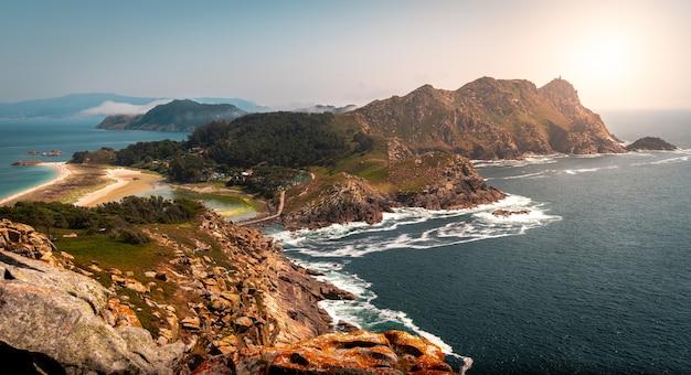 Landschap van de cies-eilanden omgeven door de zee onder het zonlicht in spanje