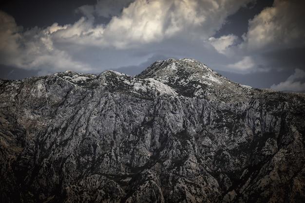 Landschap van de durmitor-bergen in montenegro, europa. berglandschap. montenegro, albanië, bosnië, dinarische alpen balkan-schiereiland. zachte focus