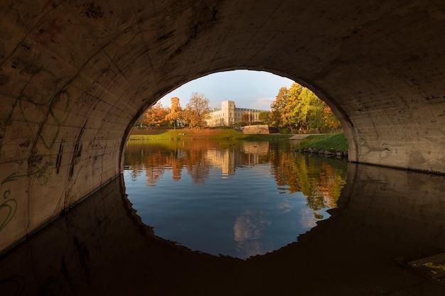 Landschap van de gouden herfst met uitzicht over de brug