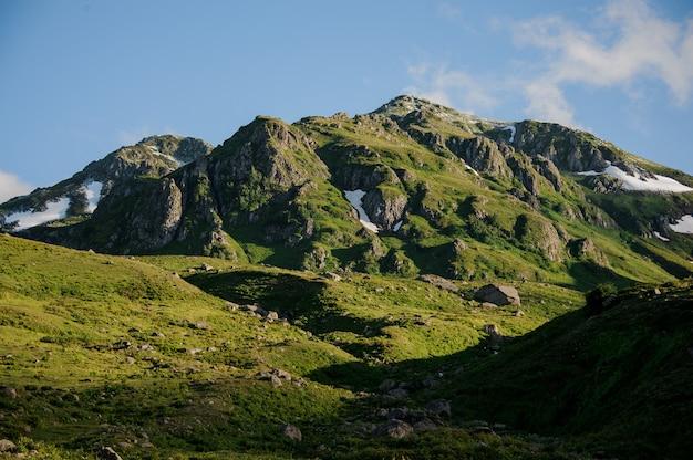 Landschap van de heuvels en de bewolkte hemel