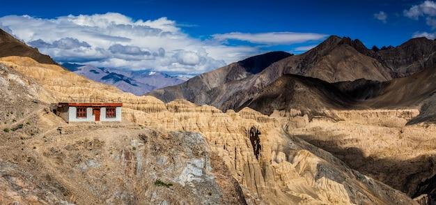 Landschap van de himalaya-bergen in ladakh