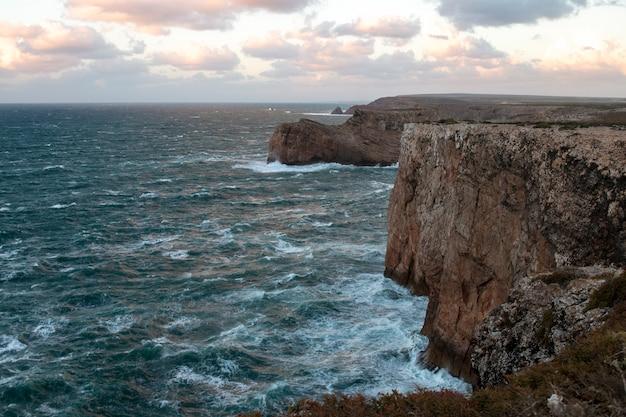 Landschap van de kustlijn van sagres