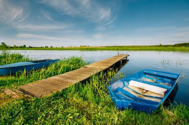 Landschap van de rivier waarop een pier met een boot is