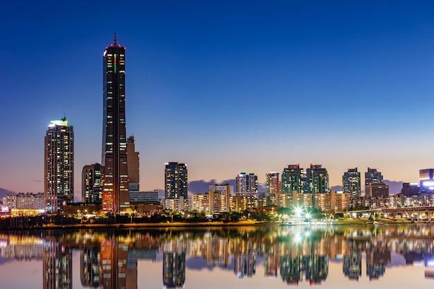 Landschap van de stadshorizon van seoel bij zonsondergang in zuid-korea
