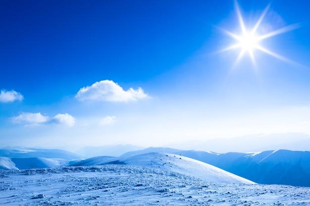 Landschap van de vallei en de bergen van de sneeuwwinter
