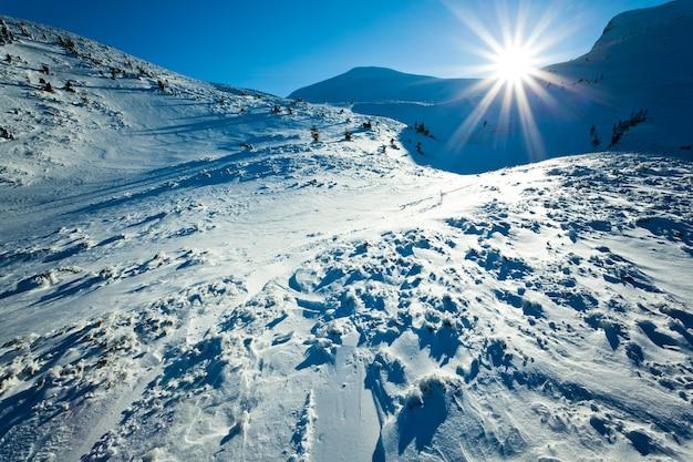 Landschap van de vallei van de sneeuwwinter en bergen en zon in hierboven op duidelijke ijzige winterdag. uitzicht op winter wonderland natuur concept