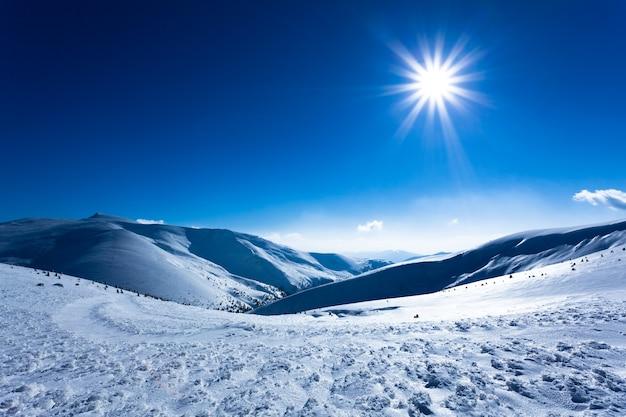 Landschap van de vallei van de sneeuwwinter omringd