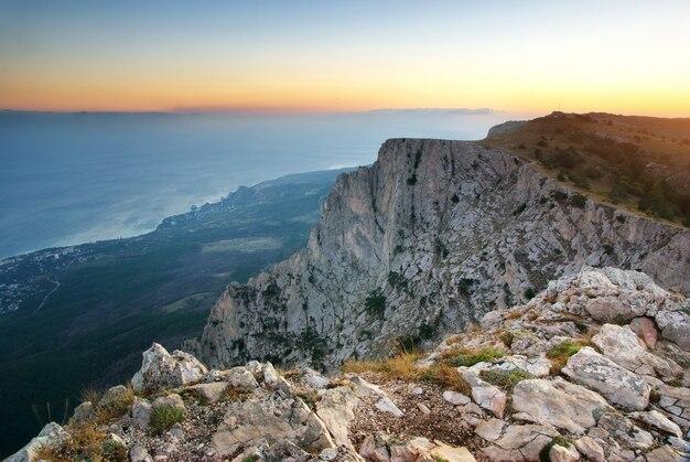 Landschap van de zee en de rotsachtige bergen
