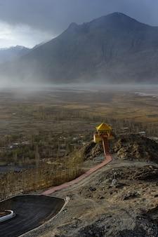 Landschap van diskit-klooster in de nubra-vallei van ladakh, kashmir, india.
