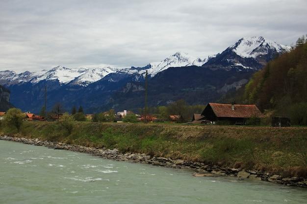 Landschap van dorp dichtbij bevroren rivier in de ochtend
