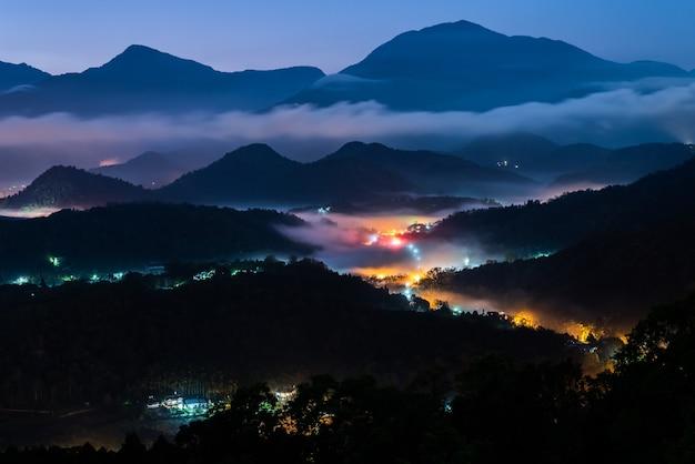 Landschap van dorp in de berg met schemering bij yuchi township, nantou, taiwan