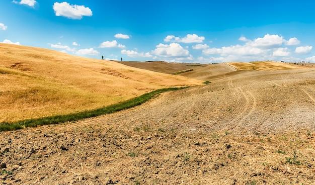 Landschap van droge velden op het platteland in toscane, italië. concept voor landbouw en landerijen