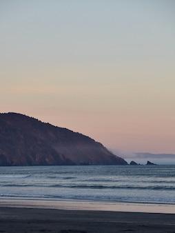 Landschap van een adembenemende zonsondergang boven de stille oceaan nabij eureka, californië