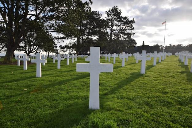Landschap van een begraafplaats voor soldaten die zijn omgekomen tijdens de tweede wereldoorlog in normandië