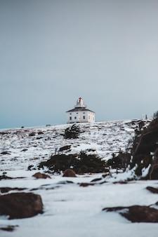 Landschap van een huis in een met sneeuw bedekt gebied