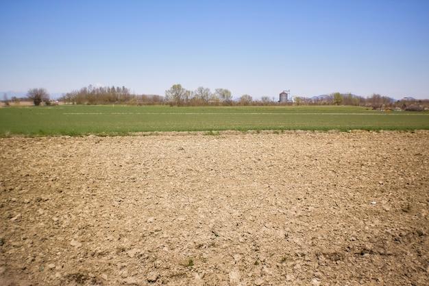 Landschap van een landelijk gebied waar u de te bewerken velden direct na het ploegen kunt zien