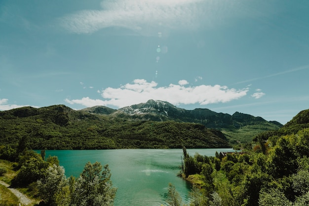 Landschap van een meer dat door bergen wordt omringd
