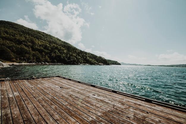 Landschap van een meer met een pier