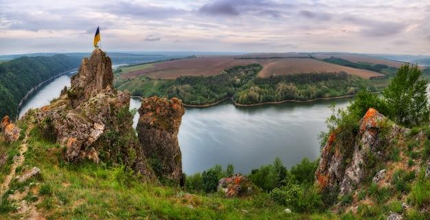 Landschap van een rivier en groene velden