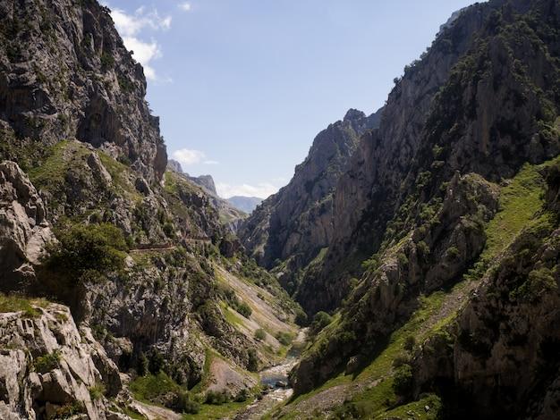 Landschap van een rivier tussen de bergen