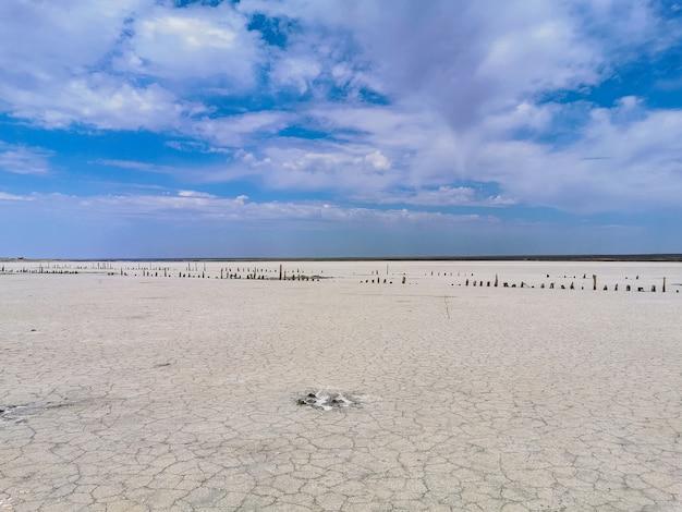 Landschap van een verlaten zoutmeeroppervlak
