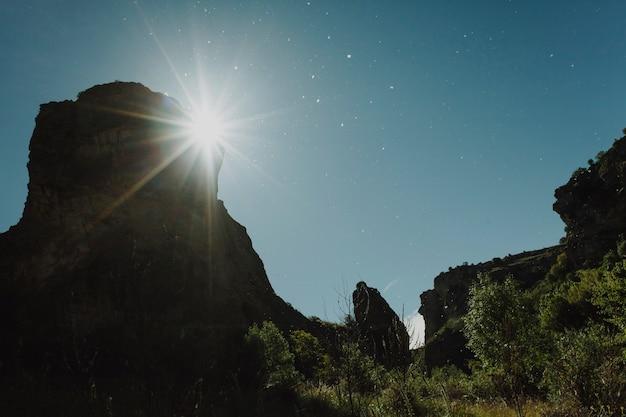 Landschap van een zonsondergang in een heldere dag