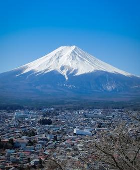 Landschap van fuji-berg in fujiyoshida. fuji is het beroemde natuurlijke oriëntatiepunt van japan.