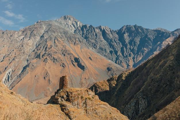 Landschap van gergeti-torenruïnes op de berg kazbek sleep in stepansminda, kazbegi, georgië.