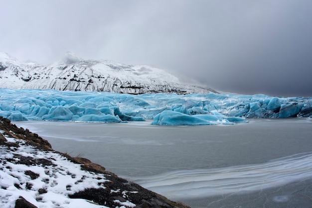 Landschap van gletsjer op een meer in ijsland