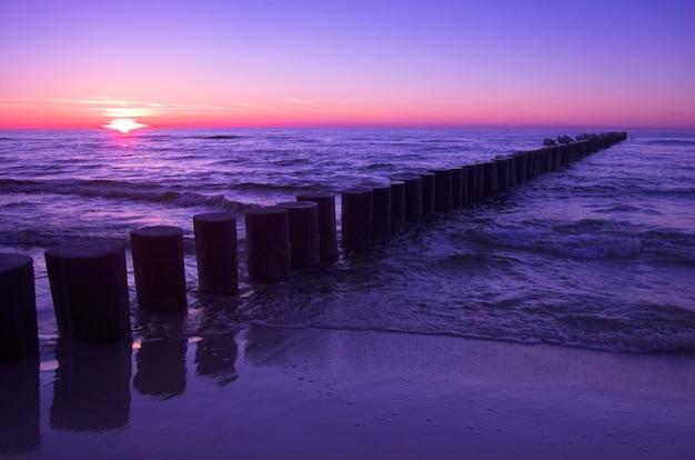 Landschap van het strand bij zonsondergang