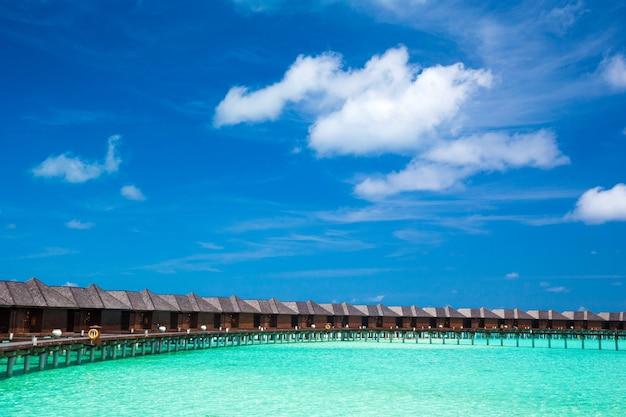 Landschap van het strand van de maldiven. tropische zee. achtergrond voor zomervakantie en vakantie concept.