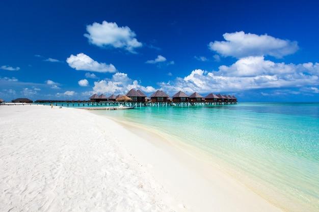Landschap van het strand van de maldiven. tropische zee. zomervakantie en vakantie concept.