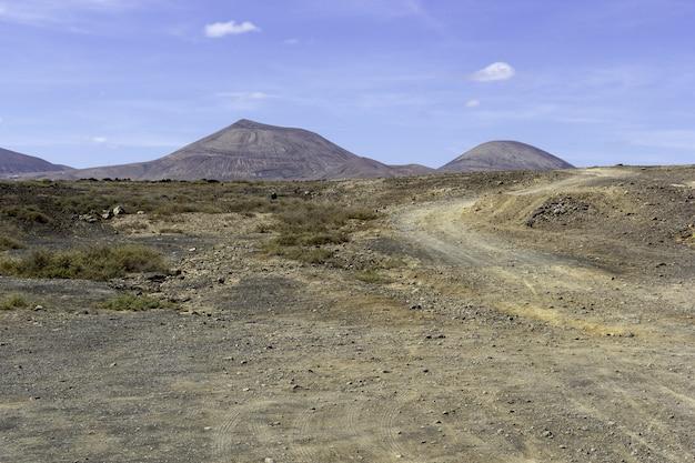 Landschap van heuvels onder een blauwe hemel in het nationale park timanfaya in spanje