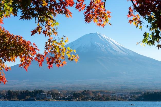 Landschap van mening de berg fuji en het heldere rode kader van het esdoornblad kawaguchiko