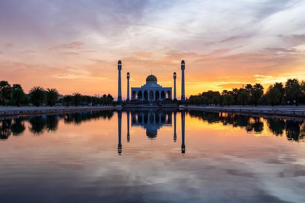 Landschap van mooie zonsonderganghemel bij centrale moskee