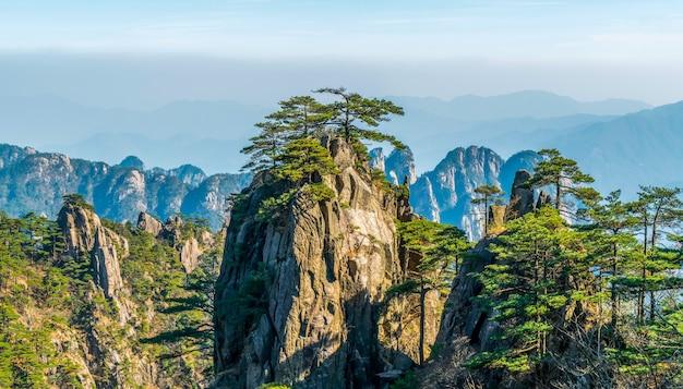 Landschap van onderstel huangshan (gele bergen). unesco werelderfgoed. gevestigd in huangshan, anhui, china.