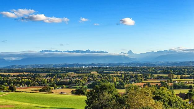 Landschap van pau-stad, de bergen van de pyreneeën op achtergrond