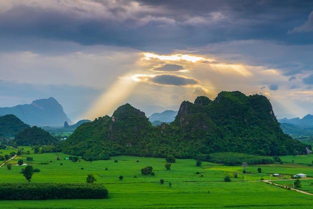 Landschap van platteland in de avond in thailand.