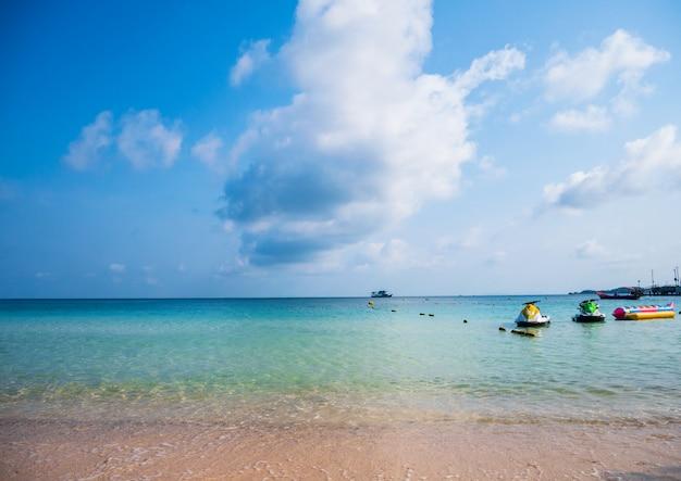 Landschap van prachtige tropische stranden en blauwe hemel