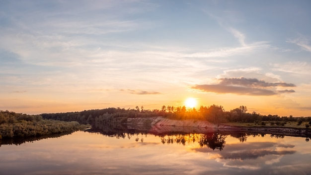 Landschap van rivier in de avond in het licht van de ondergaande zon Premium Foto