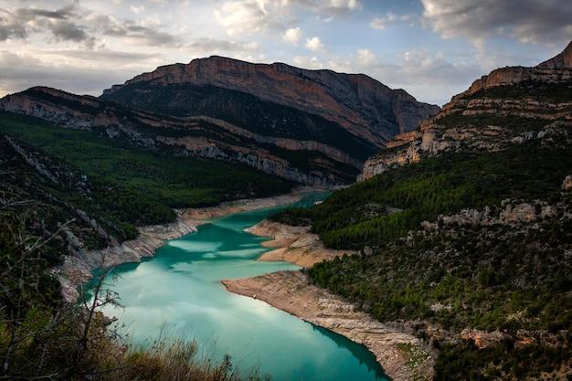 Landschap van rotsachtige bergen en meer. la noguera, catalonië. canelles swamp.