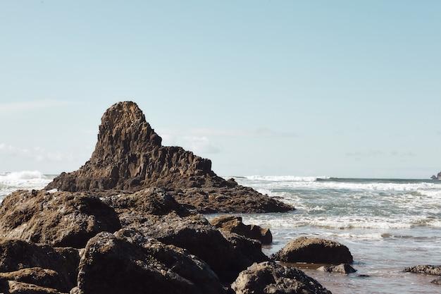 Landschap van rotsen aan de kustlijn van de pacific northwest in cannon beach, oregon